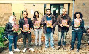 Kurdischlerner mit Lehrbuch der Adar Sprachschule